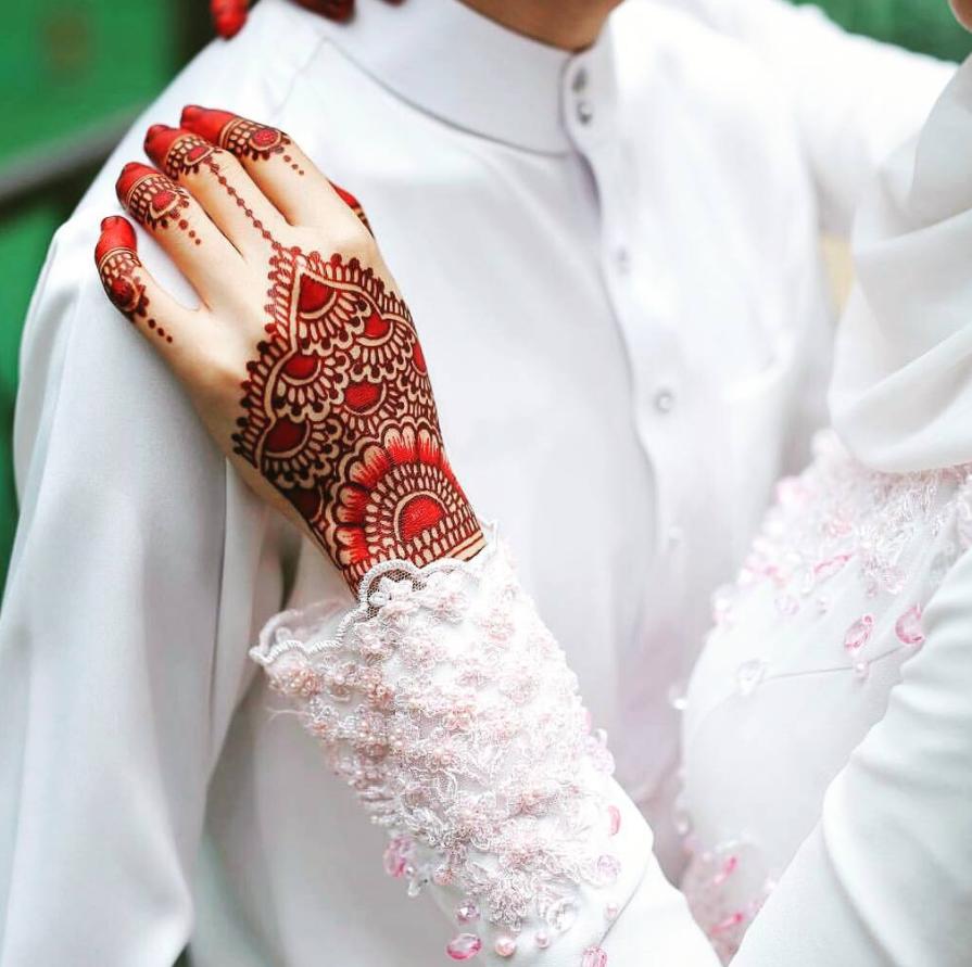 20 Corak Henna Merah Cantik Terukir Atas Tangan